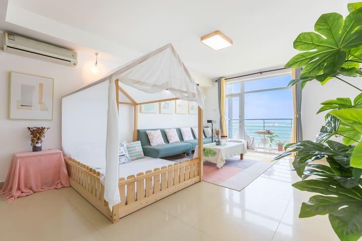 """""""秋季特惠""""三亚湾正面180度海景两房一厅套房,提供儿童挡床板,婴儿座椅,沙滩玩具泳圈,一分钟到海滩"""