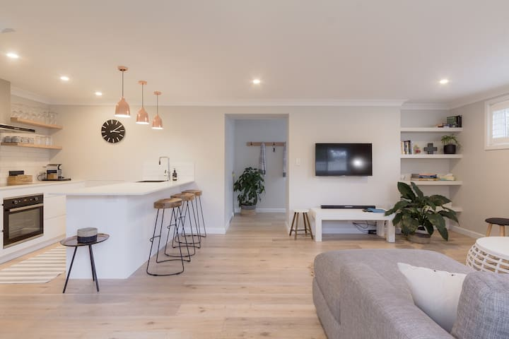 1 Bedroom private stylish apt close to manly.