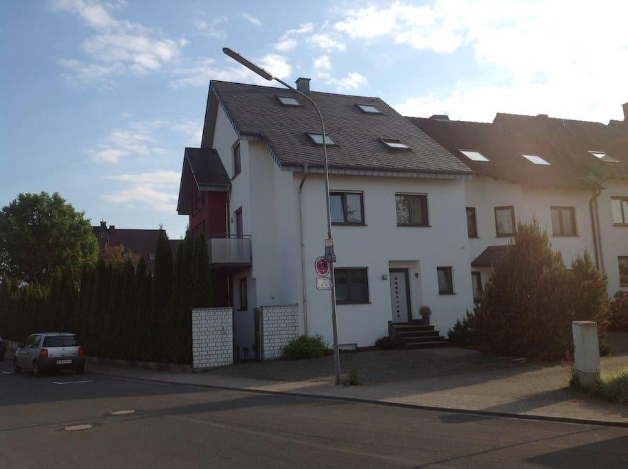 Rechts ist der (eigene) Eingang, ein Parkplatz befindet sich direkt vor dem Haus.