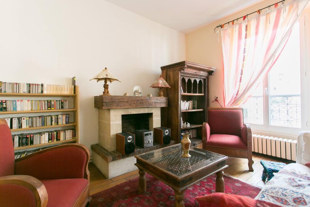 Salon avec livres et CD (jazz, classique, musique brésilienne, ect.)/ Living room with books / CD available to relax!