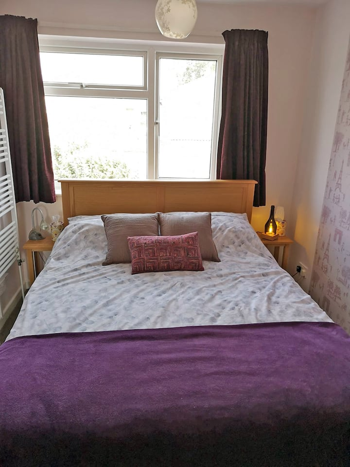 Comfortable private bedroom with kingsize bed.