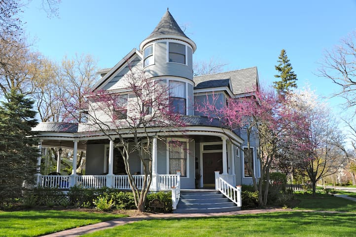 Magical Victorian 2 blocks from Lake Michigan - Lake Bluff - Talo