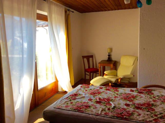 Helles Zimmer mit Westterrasse