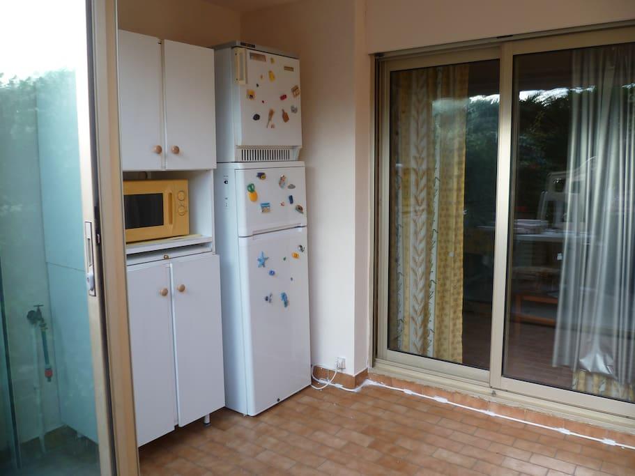 Loggia avec frigo, congélateur,micro onde et meuble lit