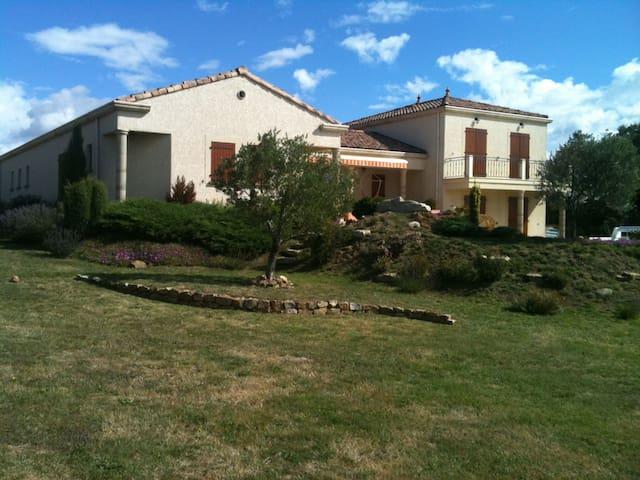 superbe villa avec piscine chauffée - La Chapelle-Villars - Casa