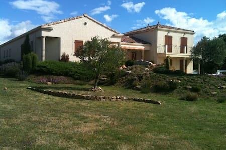 superbe villa avec piscine chauffée - Rumah