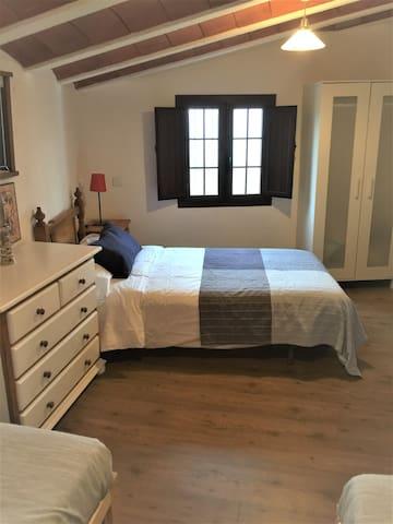 Dormitorio triple en planta alta