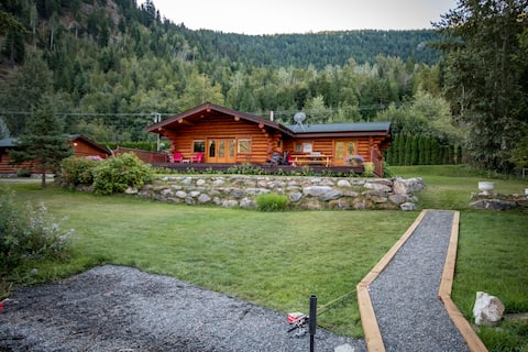 Gorgeous lakefront log cabin in the countryside