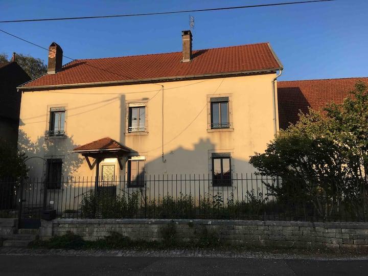 Chambre privée (rose) à Noroy le Bourg, 10kmVesoul