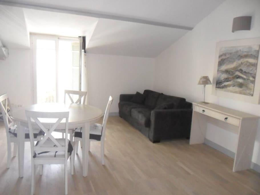 Le salon / salle à manger avec canapé convertible lit 140