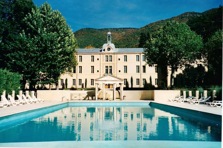 A beautiful 2 persons studio in a chateau with swimming pool.