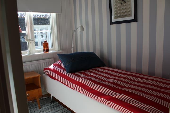 Litet sovrum med enkelsäng. Small bedroom with a single bed.