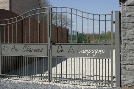 """Gîte """"Aux Charmes de la Campagne"""" - Saint-Ghislain - Hus"""