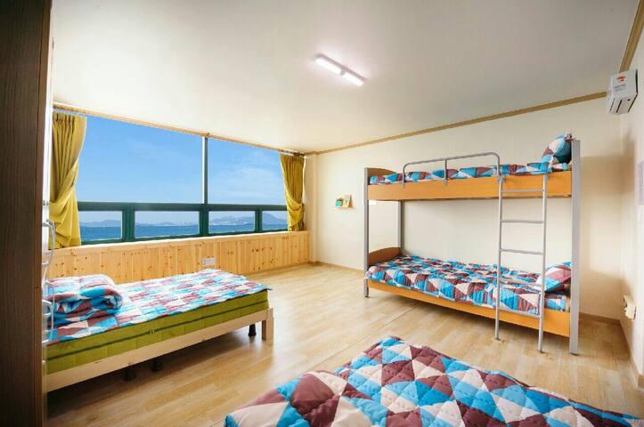 노을이 예쁜 별아라게스트하우스 도미토리남5, 도미토리여 4인실입니다.