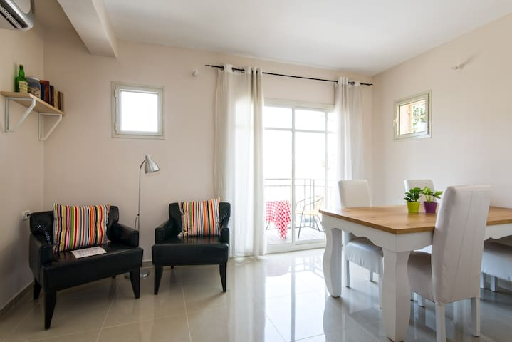 SUNNY CHIC CONDO + BALCONIES - Haifa - Apartment