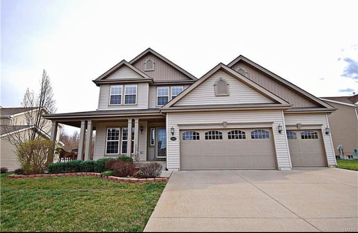 25 min from downtown St. Louis - 4 bedroom/4 bath