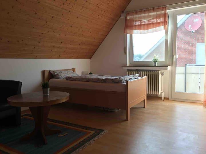 Einzelzimmer mit TV, Balkon, Küche & großem Bad
