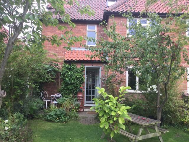 En-suite attic space in quiet, leafy area of York