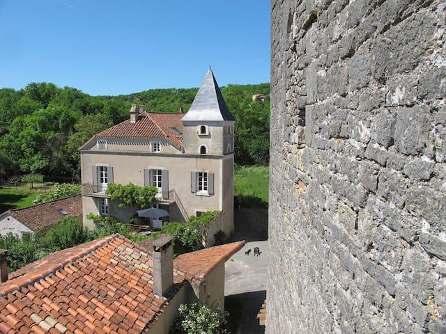 Vue de la maison depuis la borie (château) du 14ème siècle.