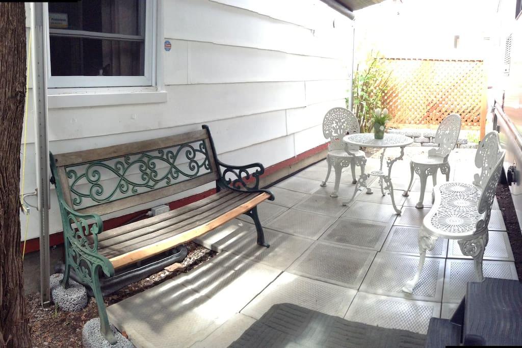 La terrasse extérieure couverte et intime pour prendre l'apéro, manger ou simplement relaxer.