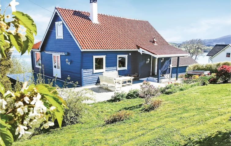Holiday cottage with 5 bedrooms on 170 m² in Tysnes