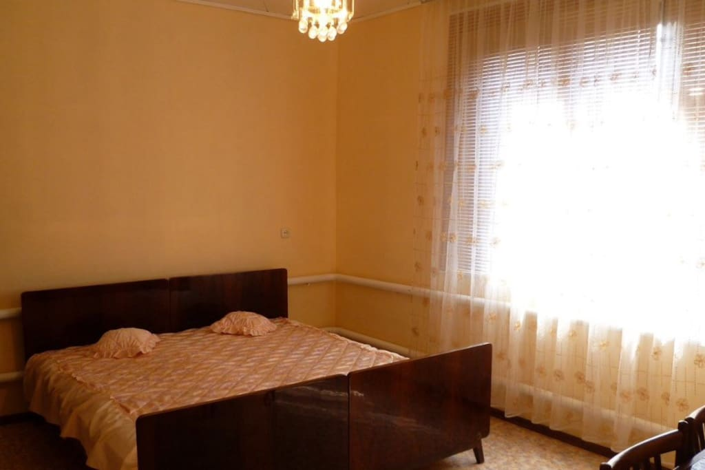 Спальня с двуспальной кроватью, шкафом и столом