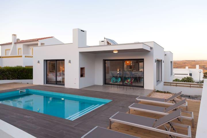 Cairnvilla: luxury villa near Monte Clerigo beach
