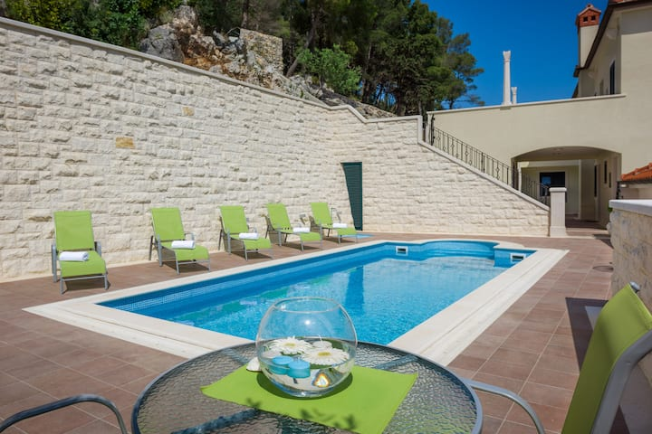 Villa Kogo - Modern apartment with a pool, Hvar
