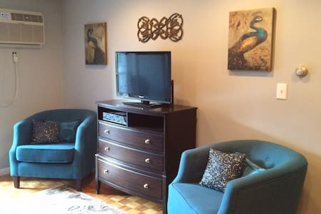 Stoneham Condo 8 miles from Boston! - 멜로즈(Melrose)