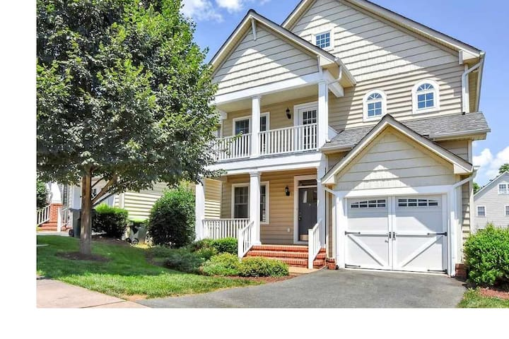 *NEW* Large Clean 6BR by Downtown/UVA (8 Beds)