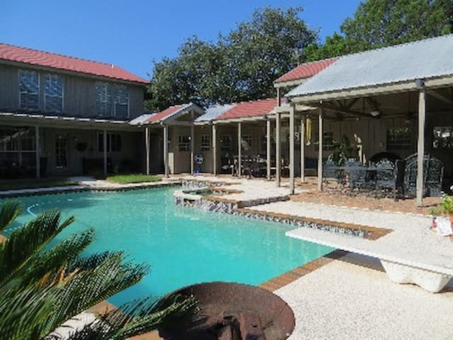 Lovely Home - pool-3 mi to Downtown