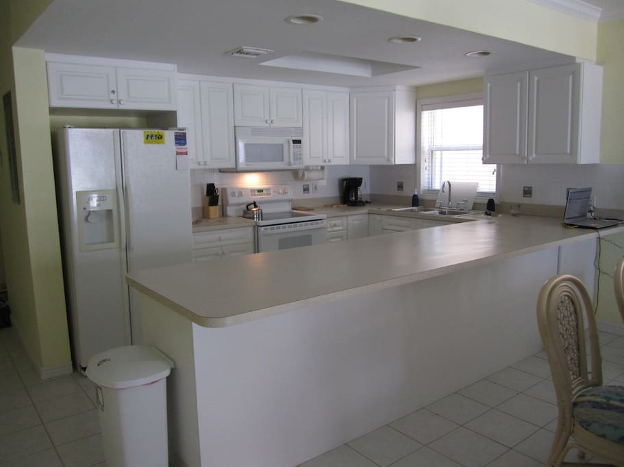Fully equipped Kitchen with dishwasher & refrigerator with ice & water in the door