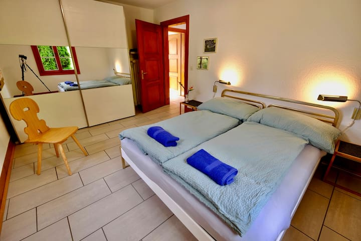 """Bedroom No. 1 ✍️ """"Absolutely the best AIRBNB experience one could hope for! Very well located near bus and boat stops,  Thun and Interlaken easily accessible. Physically, the apartment is quiet and extremely comfortable and very clean. / Valley"""""""
