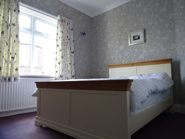 Lovely room 5 mins walk to town - Darlington - Casa