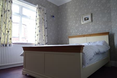 Lovely room 5 mins walk to town - Darlington
