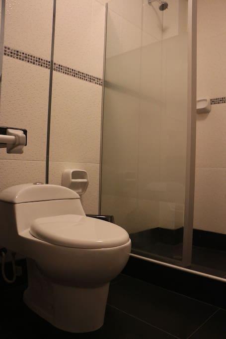Baños en cada dormitorio, también contamos con baños de visita