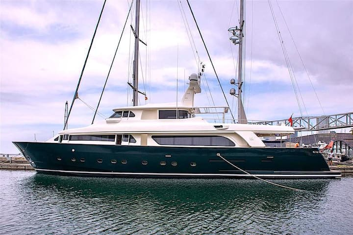 30 m luxury Ferretti motor yacht
