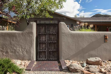 Cool Breeze  and 15 min from Plaza - Santa Fe - Bed & Breakfast