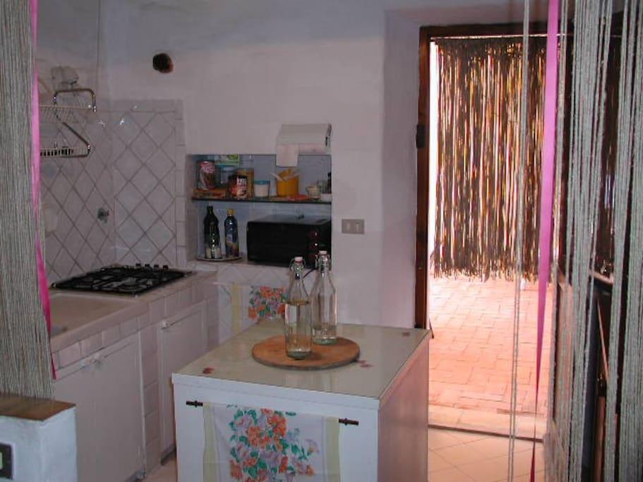 cucina - uscita diretta all'esterno, sotto al portico