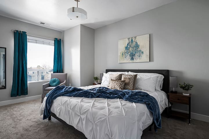 Entire Downtown Apt, KING Bed, FAST Wifi, 4K TVS