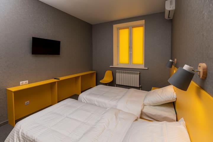 """Отель """"Баларам"""", жёлтый номер"""