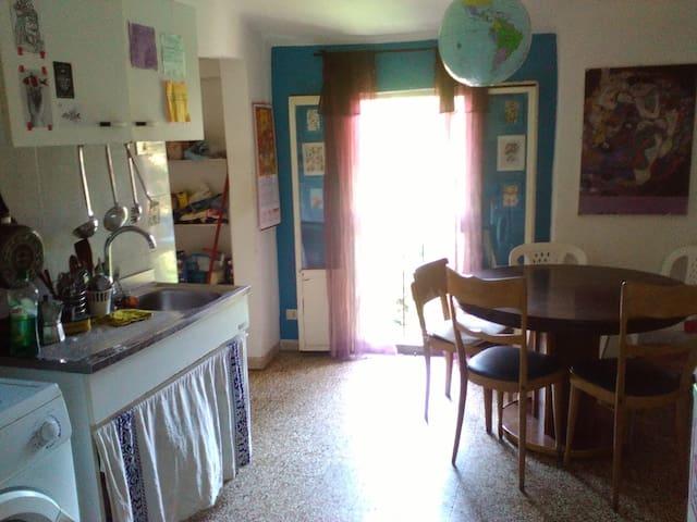 stanza in appartamento a 5 min dalle 2 torri - Bologna - Apartment