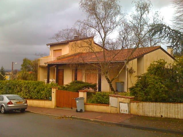 Villa d'architecte dans un parc arboré - Auzeville-Tolosane - House