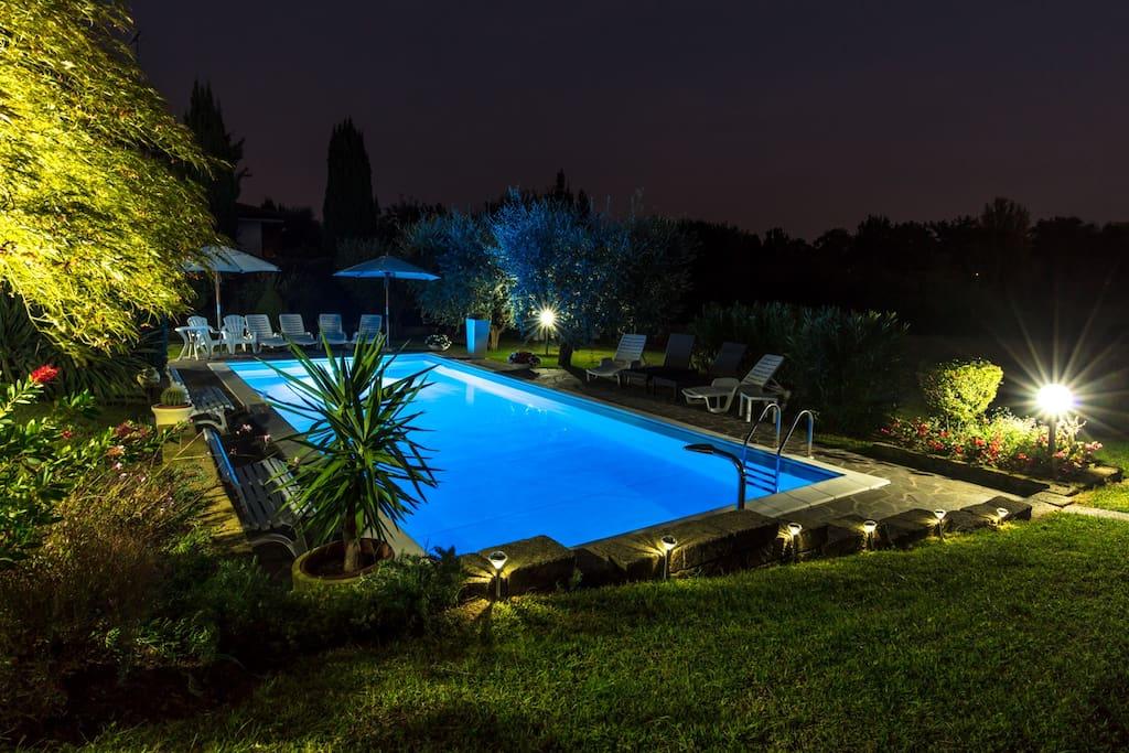 La piscina illuminata di sera