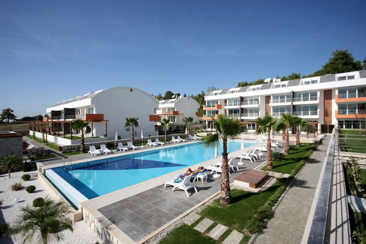 Modern flat with huge, shared pool - Ilıca - Квартира