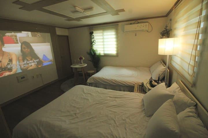 ##빔프로젝터 200 inch & twin Bed & 해변 1분거리 &영화관을 통채로##