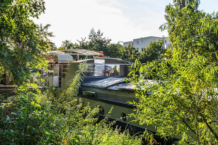 STUDIO FLAT ON A BARGE (PARIS)