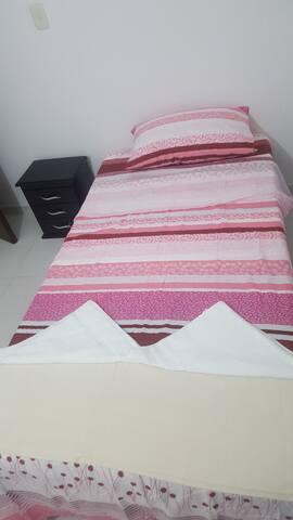 Tercera habitación cama sencilla y muy comoda.
