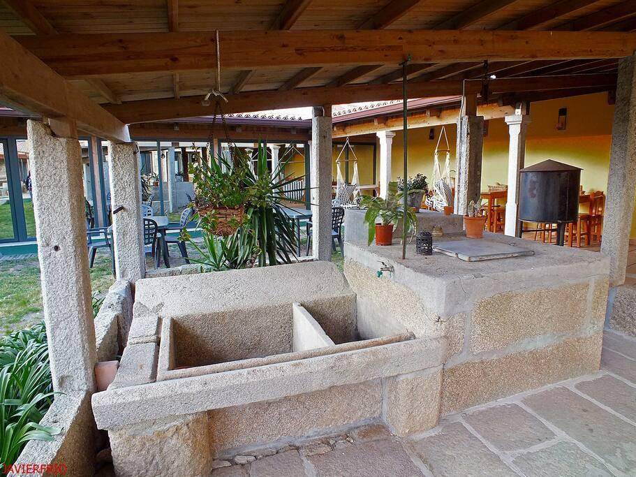 Lavadero y pozo de agua potable realizado en piedra.
