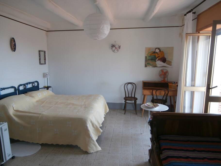 L'ampia e luminosa camera da letto